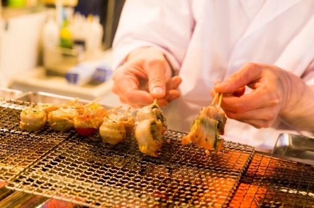 熟練の職人が焼き上げる「肉巻き野菜串」(各300円)