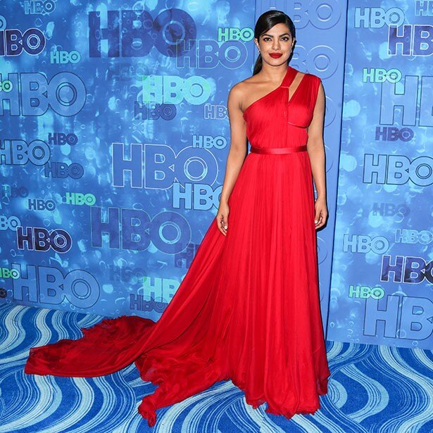 【写真を見る】真紅のドレスで注目を集めたプリヤンカー・チョープラー