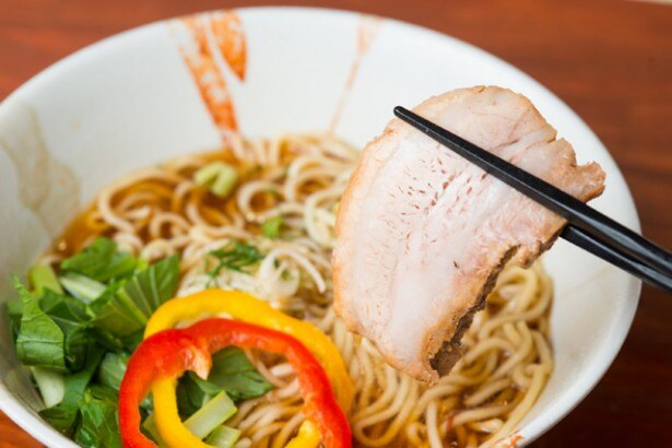 長時間じっくり煮込んだ豚バラチャーシューは箸で切れるほど。しっかり味も染み込んでいる