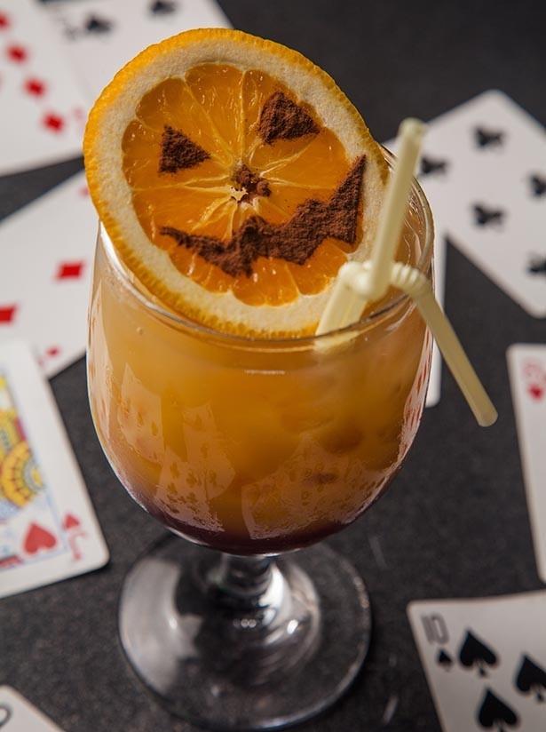 ぶどうシロップの上にオレンジ色のフルーツジュースを注ぎ2層に。「トリック・オア・トリート~ジャック・オー・ランタンのいたずらには気を付けて!~ 」 1,080円(絵本の国のアリス)