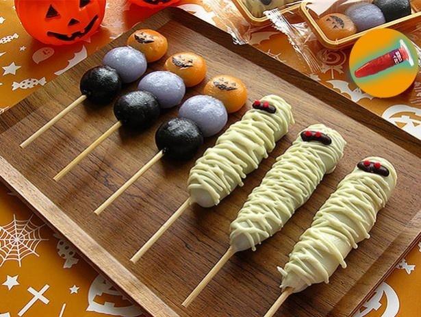 2種の団子「チョコマント 呪いのミイラ」「ハッピージャコラ」は、こうやって並べると迫力満点