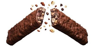 【写真を見る】パワーアップしたチョコ感とナッツ感、「ブラックサンダー」レギュラー商品で史上最強となる圧倒的なボリューム感を持つ