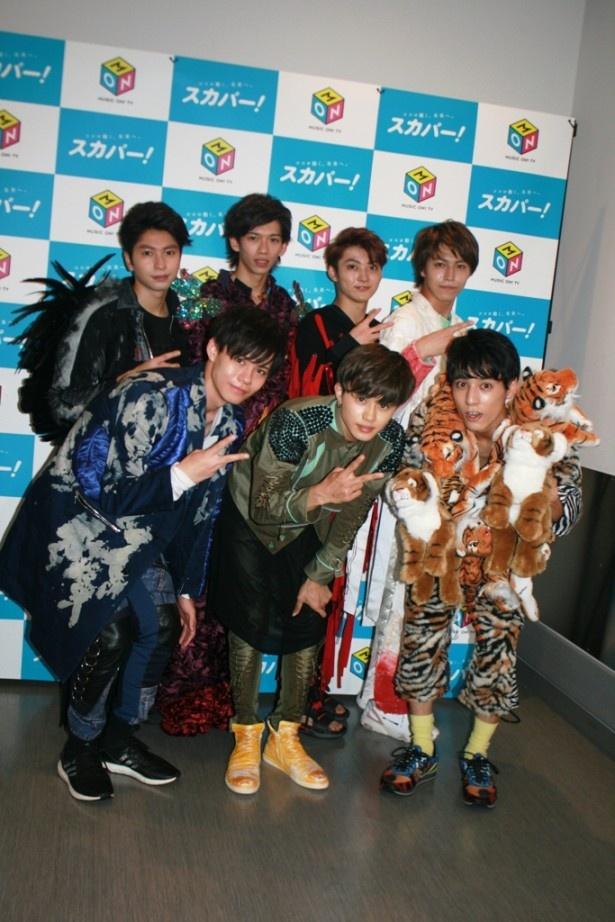 2ndアルバム『Dramatic Seven』(10月26日発売)の衣装で会見に登場