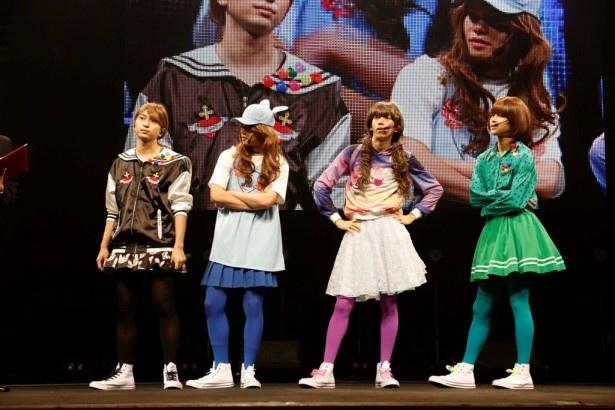 個性あふれる女装を披露したメンバー
