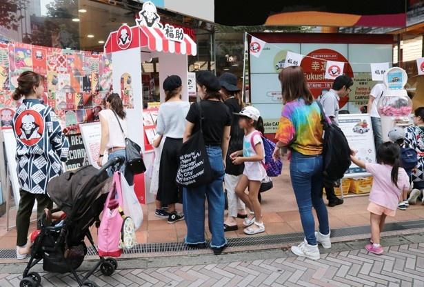 渋谷のTOWER RECORDS前でのイベントの様子