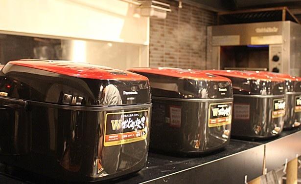 厨房の一画には「Wおどり炊き」がずらりと並ぶ