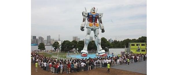 ズラリと2500人が並んだ、オープン初日のガンダム立像のようす