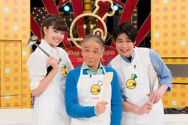 【写真を見る】「新チューボーですよ!」のMCを務める堺正章(中央)と、7代目アシスタントを務める森星(左)と吉村崇(右)