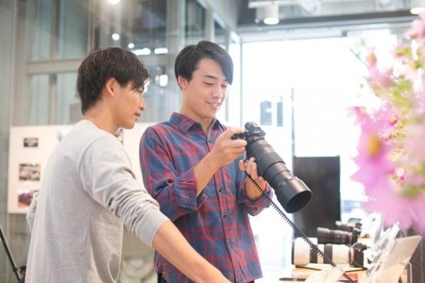 ソニーのカメラを愛用中の澤柳と、カメラ初心者の山田と一緒に、一眼カメラを学ぼう!