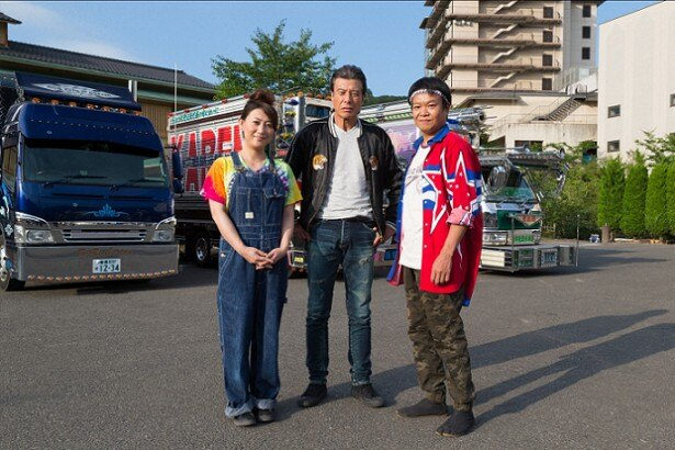 デコトラ運転手を演じる舘ひろし(中央)、友近(左)、星田英利(右)