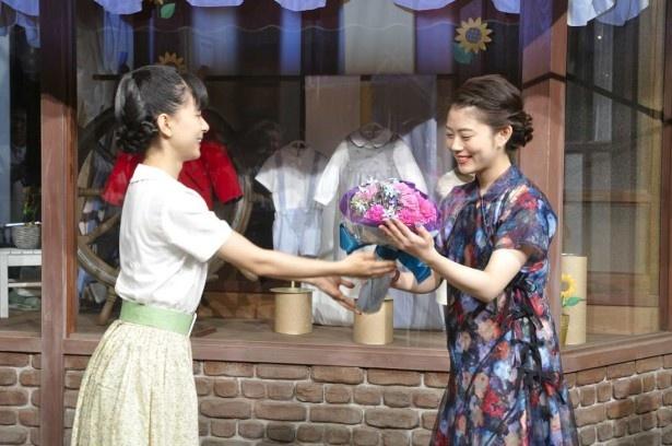 芳根(左)から先輩・高畑に贈られたのはピンクや紫を基調にした少し大人っぽい花束
