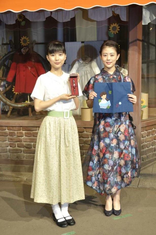 芳根京子(左)には「とと姉ちゃん」を象徴する万年筆が、高畑充希には神戸の職人さん手作りのブックカバーが贈られた