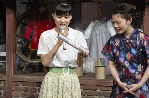 ドラマのロゴが貼られたバトンを手に「緊張して手汗がすごくて…」と芳根(左)