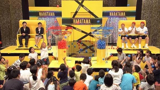 80人の小学生が、面白いと思う芸人のカゴに、運動会の「玉入れ」のように玉を投げ入れる