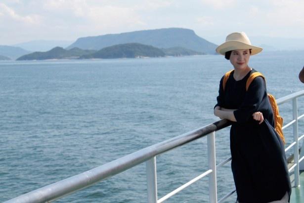 【写真を見る】吉高はフェリーに乗って瀬戸内の島へ!