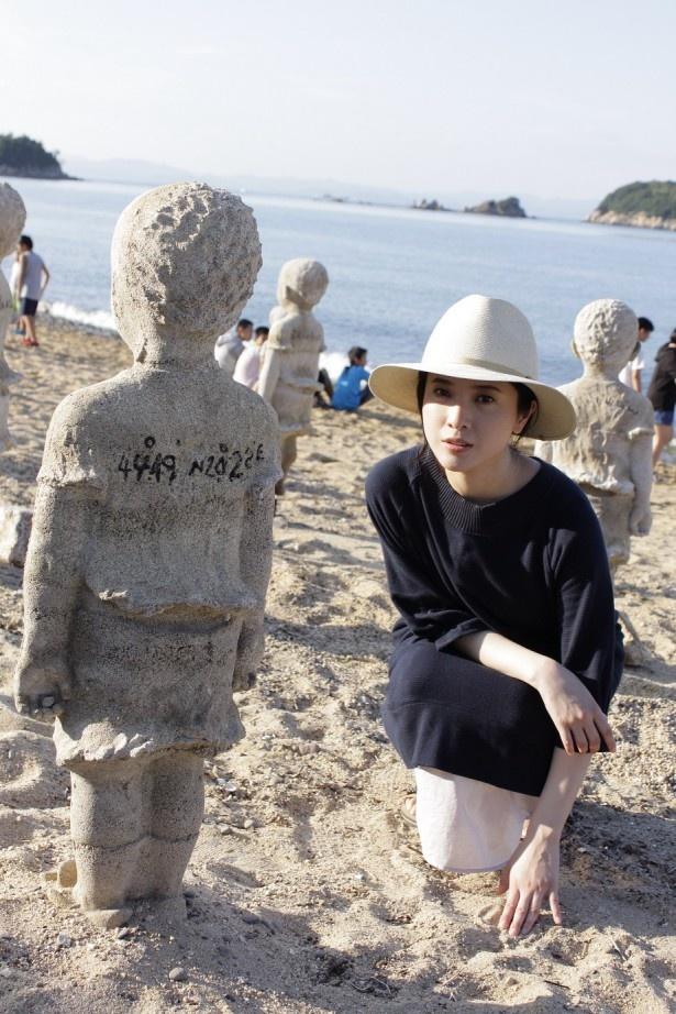 香川・小豆島の砂浜に展示された作品「国境を越えて・潮」