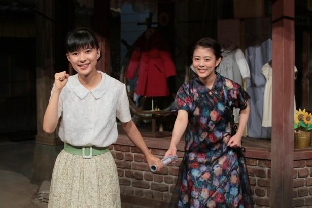 高畑充希(右)から芳根京子(左)へ本物のバトンでバトンタッチが行われた