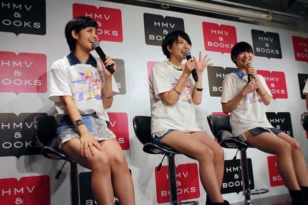 東京パフォーマンスドールの脇あかり(左)は「ショートカットの子はたくさんいるのに私を選んでくれてうれしい」と喜ぶ