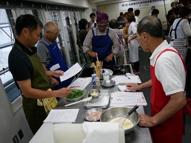 男性参加者も低栄養予防料理作りに挑戦