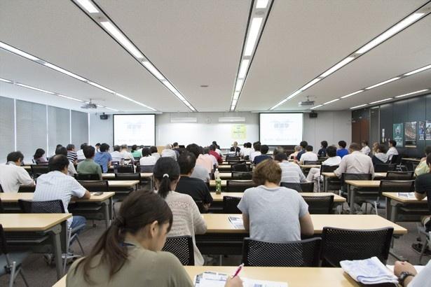 前回の講座(8月開催、テーマは「横浜のスポーツII」)の様子。いくつものプロスポーツチームを擁しスポーツ文化に対する関心の高い横浜だけに、会場には幅広い年齢層が集まった