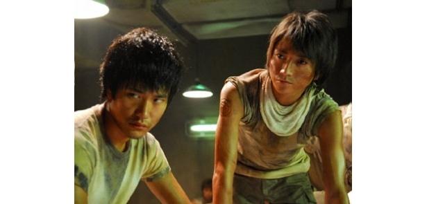 """『デスノート』ではライバル役を演じた2人が、今度は""""仲間""""として共演!"""