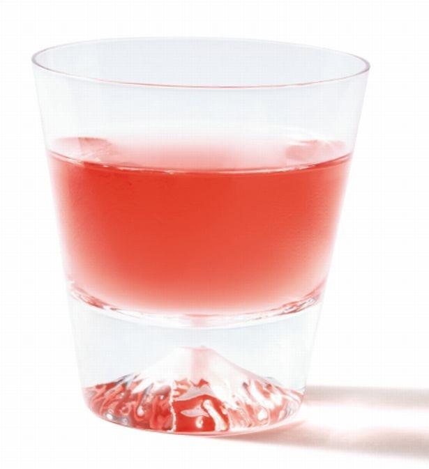 【写真を見る】飲み物を注ぐと、同色の富士山 が浮かび上がる「富士山グラス」。5,000円。田島硝子