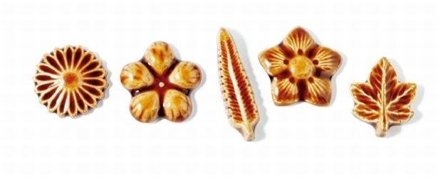 干菓子の型をモチーフに作られた「箸置き」。M各357円(税込み)。スタ ーネット