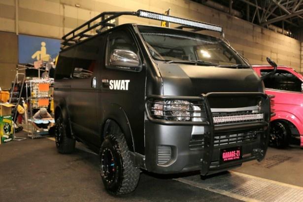 【写真を見る】TOYOTAのハイエースが特殊部隊、SWAT仕様に様変わり!バンパー、上部ラック&ライトも装着している
