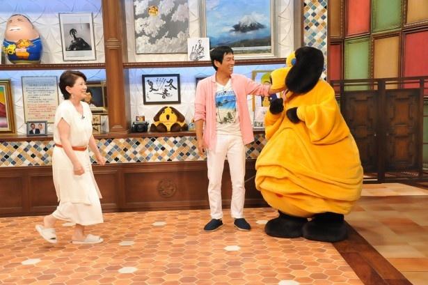 """【写真を見る】森と番組キャラクターの""""まんま""""は「あっち向いてホイ」で勝負する"""