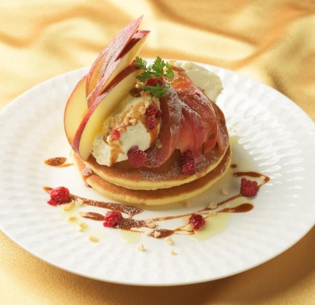 トリュフオイルのほのかな香りで贅沢な気分に!「りんごとクリームチーズのパンケーキ~トリュフの香り~」(980円)