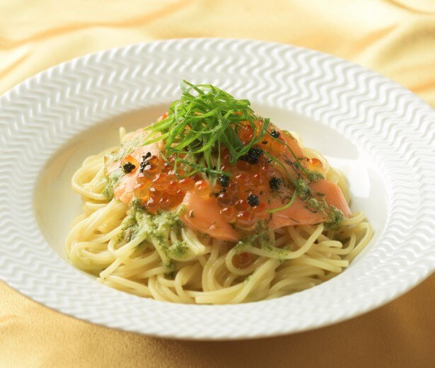 プチプチ食感のイクラとサーモンマリネを合わせた「北海道産いくらとサーモンのパスタ」(1100円)