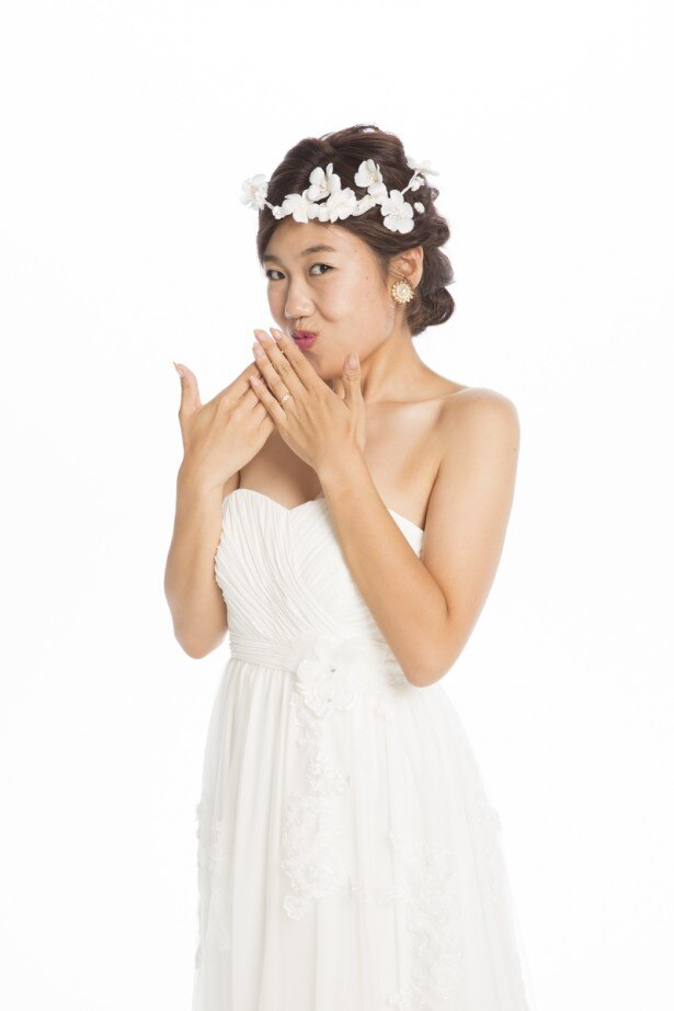 横澤はウエディングドレス姿を披露