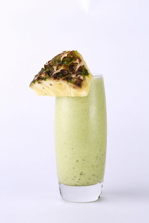 「ガメラのグリーンスムージー」(800円)。小松菜とバナナ、ミルクの他に、スーパーフードのチアシードも入ったヘルシーな一杯