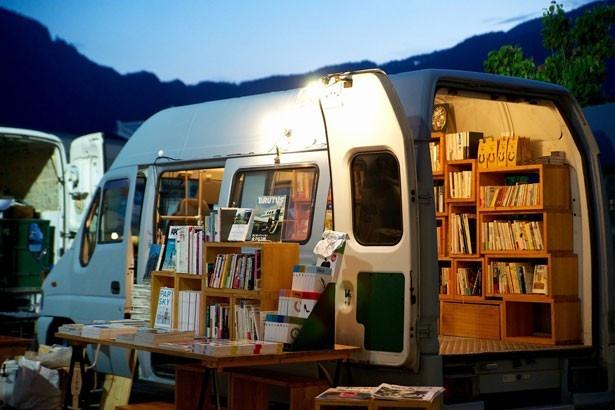 「Book Cafe Lounge」をプロデュースするのは、移動式本屋「BOOK TRUCK」。「東京」をテーマとした、約500冊の本が並ぶ