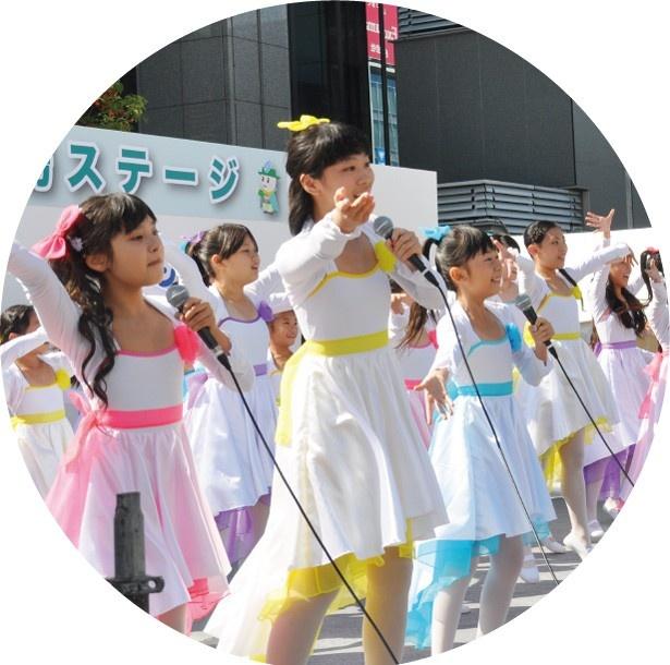 【写真を見る】堺少女歌劇団の無料ライブステージが楽しめる