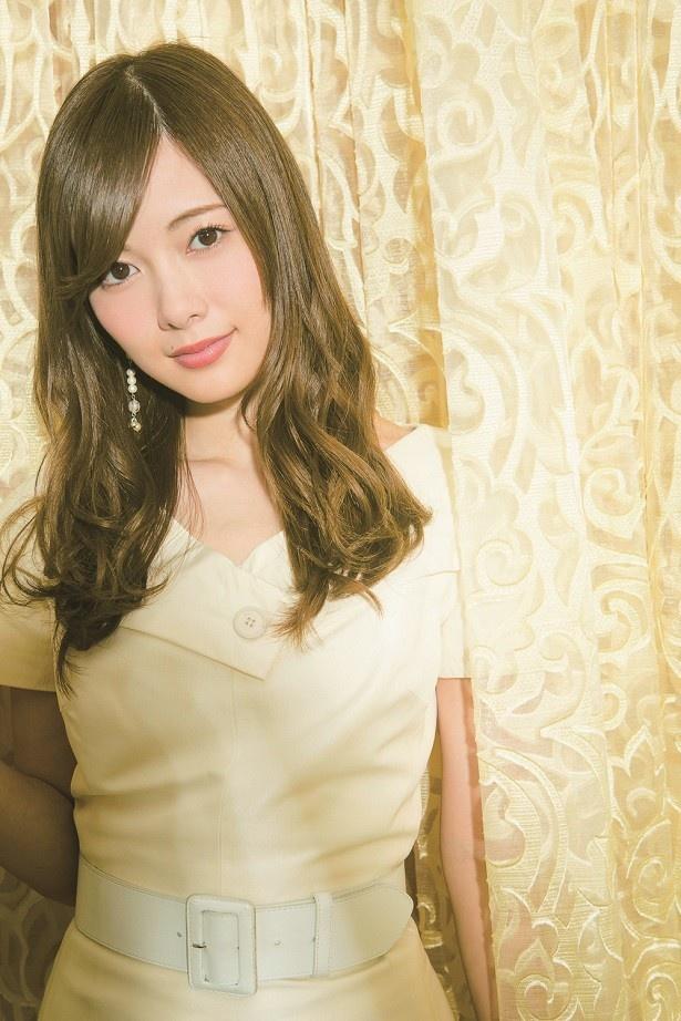 【写真を見る】オトナの色気が漂う白石麻衣の撮り下ろしグラビア