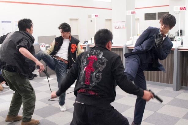 「THE LAST COP/ラストコップ」で唐沢寿明と窪田正孝がアクションを見せる