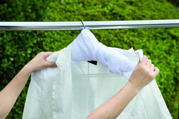 肩のサイズに合うようハンガーにタオルを巻きつける、袖口に乾いたタオルを丸めて入れる、の2大ワザで麻のジャケットもシワ知らず!