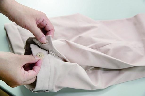 洗濯中の形崩れを防ぐために、ボタンやファスナーは閉じ、プレス部分をきちんと揃えて洗濯ネットへ