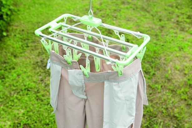 【写真を見る】裏返して筒干しに。裾に乾いたタオルを丸めて入れれば、重みでシワが伸び、プレスもきれいにキープ!