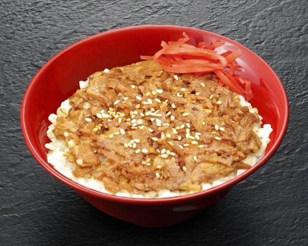 宮城県代表は食べやすくスライスした牛タンを醤油ベースの甘辛タレで煮込み、麦飯に乗せた利久のイベント限定メニュー「牛たんまかない丼」
