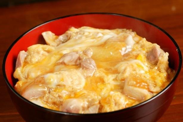 【写真を見る】秋田県代表は肉厚で濃厚な味わいの比内地鶏や、あきたこまちを使った秋田比内やの「比内地鶏親子丼」