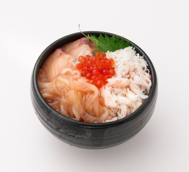 福井県代表は秘伝のタレで漬け込んだイカ、ブリ、イクラをトッピングした日本料理 一乃松の「越前漁火 かに海鮮丼」