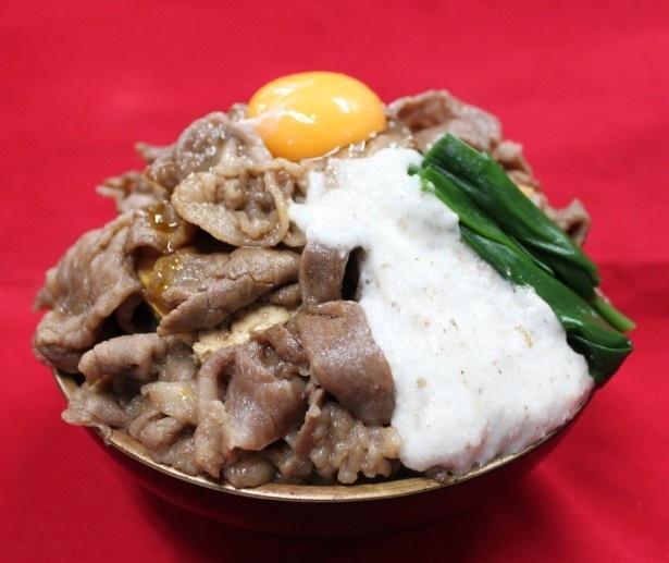 鳥取県代表はA5ランクの和牛肉を地元産の醤油で甘辛く仕上げ、自然薯とろろと大山たまごを組み合わせた大山山麓観光推進協議会・かばの「だいせん☆てんこ盛りA5すき焼き丼」