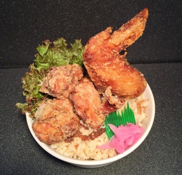 2つ目の大分県代表は中津からあげとオリジナルのからあげ南蛮、大手羽を郷土料理の鶏めしの上に盛り付けた、職人のからあげ 華鳥の「中津からあげ丼」