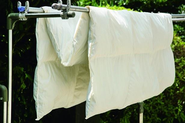 10~15時の外干しゴールデンタイムに、2本の物干しざおにM字に掛けて陰干しし、しっかり乾かす