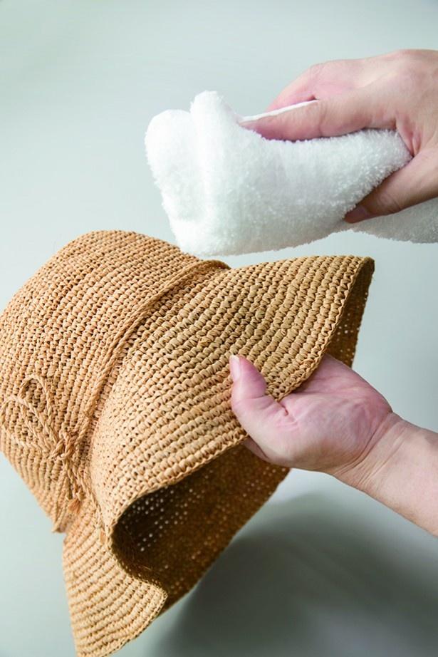 【写真を見る】表面を乾いたタオルでから拭きする