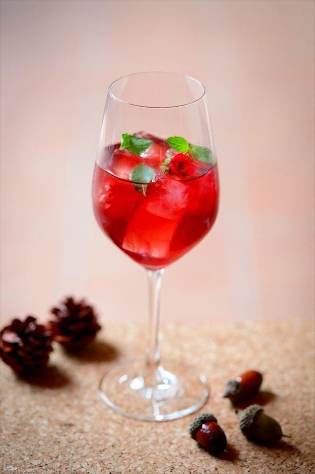 ローズが香るフルーツハーブティーと、スパークリングワインを組み合わせた「セレブレイト・ローズ」(1100円)