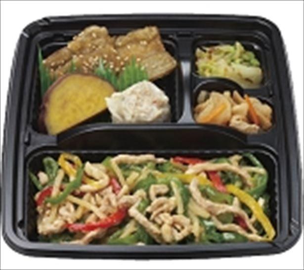主菜と副菜がひとつのトレーになった「冷凍おかずセット」の「6種のおかずセット・青椒肉絲」(734円)