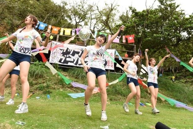 「End Of The Season」では仙石みなみ、佐藤綾乃、関根梓がステージ上の舞台でパフォーマンスを見せた